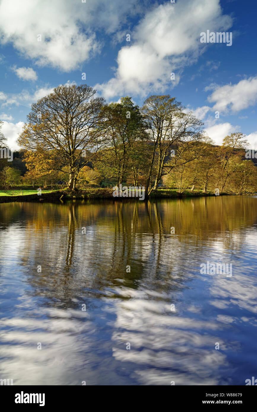 Reino Unido,,Derbyshire Peak District,Bamford,Río Derwent reflexiones Foto de stock