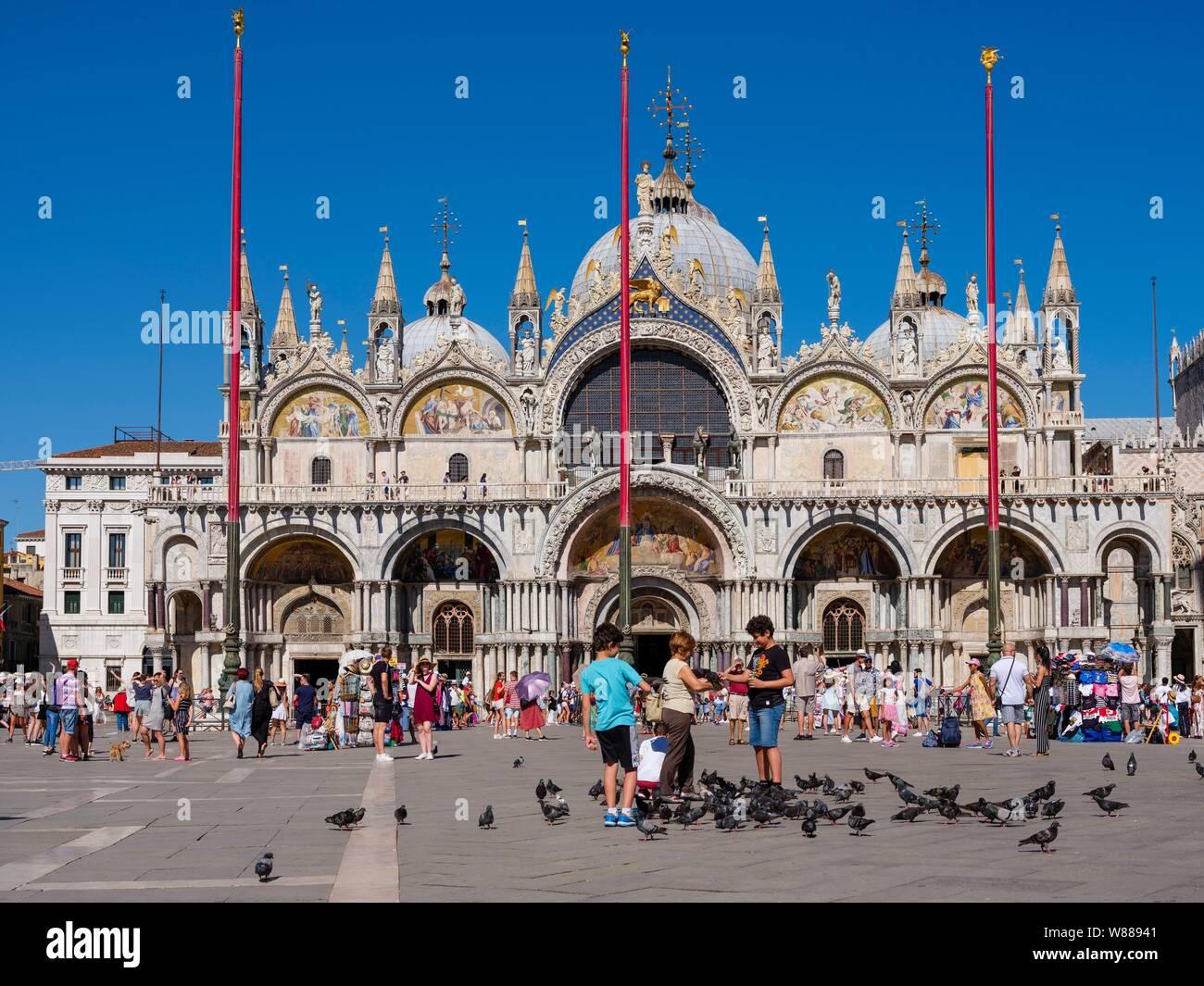 Basílica de San Marcos en la Plaza de San Marcos, llena de turistas, San Marco, Venecia, Véneto, Italia Foto de stock