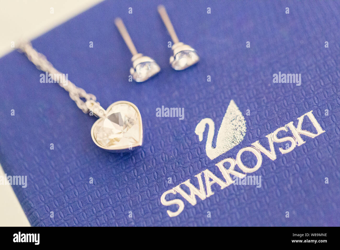 Pendientes De Diamantes Fotos E Imagenes De Stock Alamy