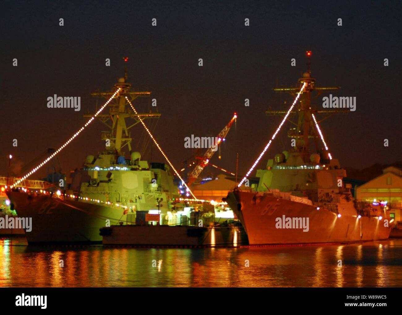 Holiday Lights iluminar los destructores de misiles guiados USS Lassen (DDG 82) y USS McCampbell (DDG 85) en actividades de la flota de Yokosuka, Japón, en diciembre 18, 2007. Cada buque basada en Yokosuka de las fuerzas navales desplegadas está decorado con luces de vacaciones para celebrar la Navidad. Foto de stock