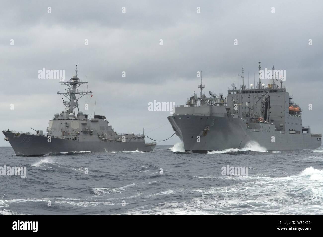 El misil guiado por el destructor USS McCampbell (DDG 85) realiza un curso reabastecimiento en el mar con el buque de mando de Transporte Marítimo Militar USNS Alan Shepard (T-AKE 3) en el Océano Pacífico el 4 de marzo de 2009. La McCampbell es uno de los siete de la clase Arleigh Burke de destructores asignados a Destroyer Squadron 15 y está permanentemente desplegadas a Yokosuka, Japón. Foto de stock
