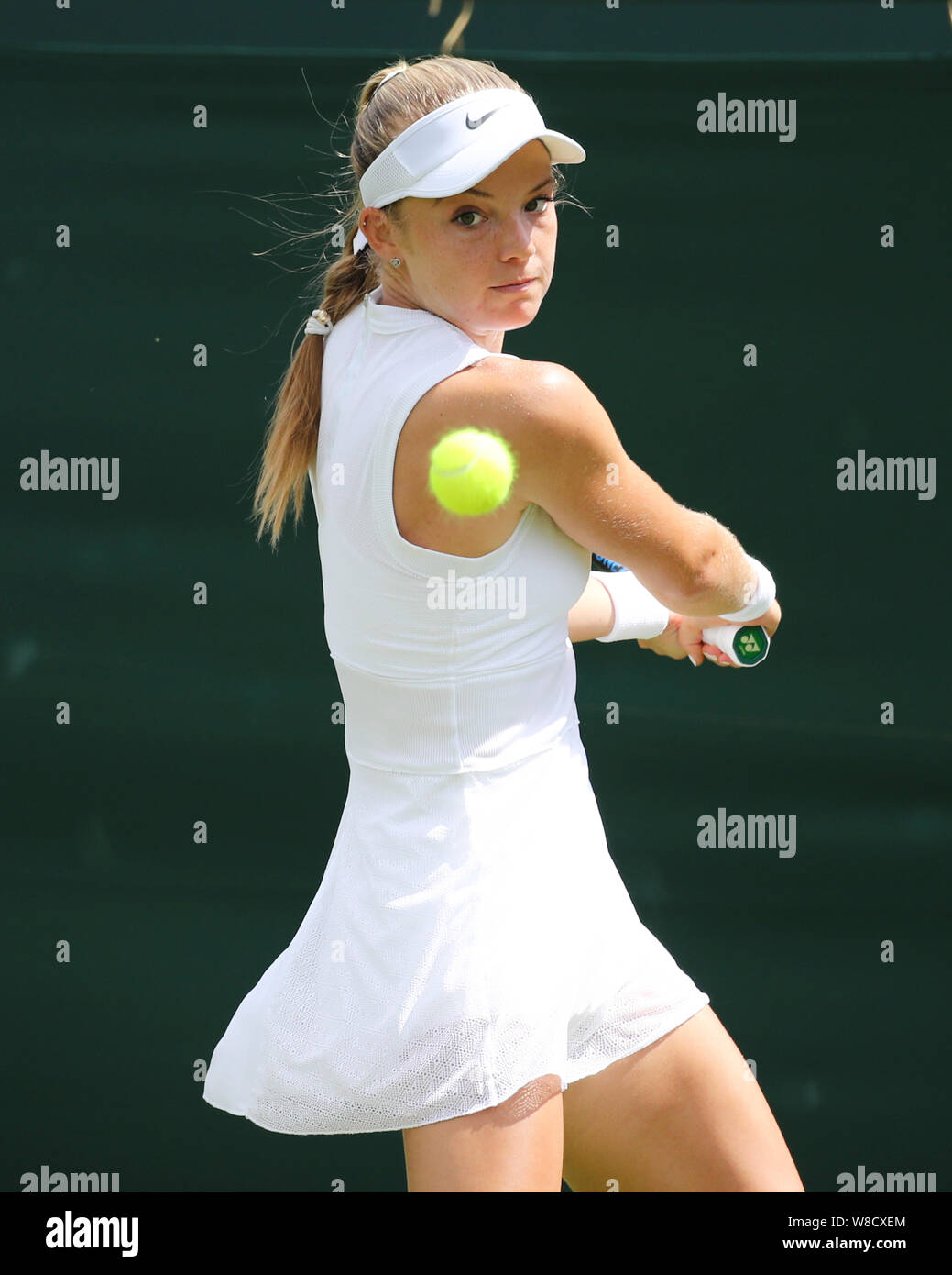 Jugador de tenis británico Katie Swana jugando escrito rodada durante 2019 campeonatos de Wimbledon, Londres, Inglaterra, Reino Unido Foto de stock