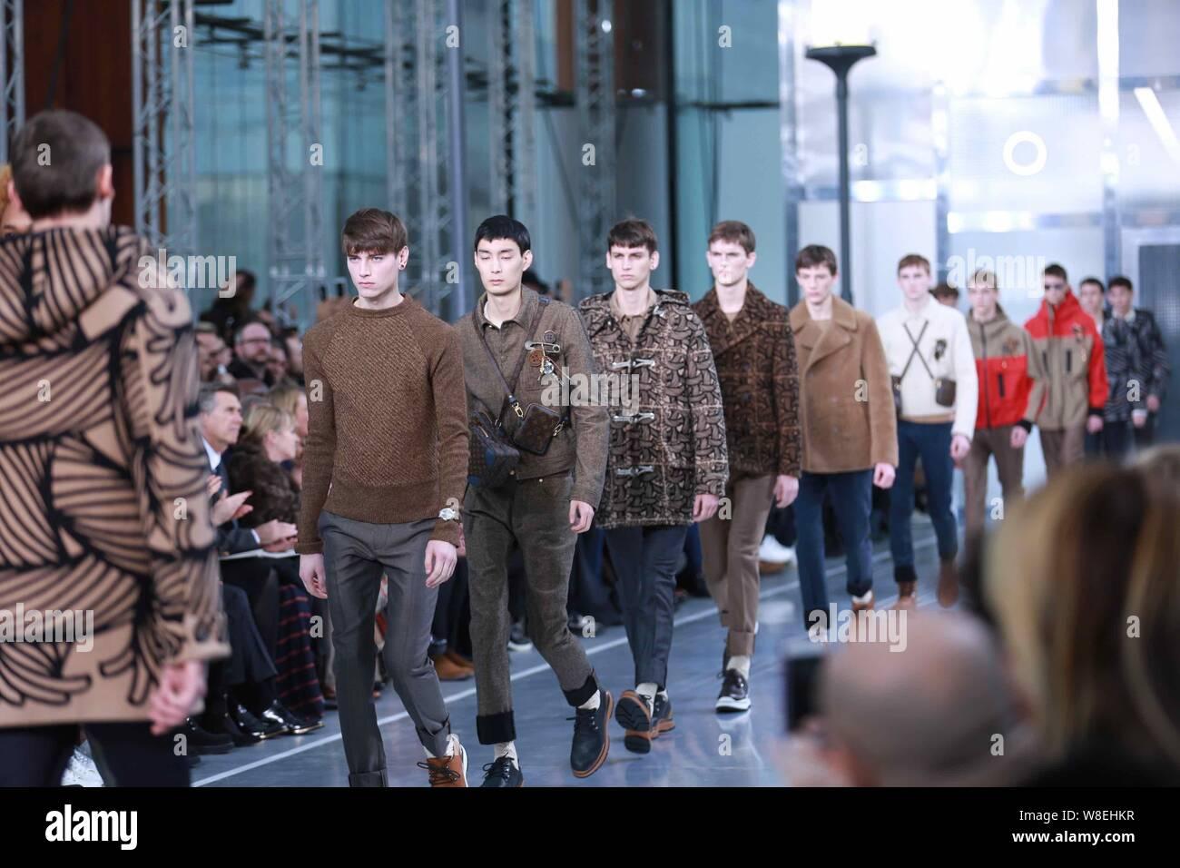 Modelos muestran las nuevas creaciones en el Louis Vuitton Fashion show durante el otoño/invierno de 2015 hombres de París la semana de la moda en París, Francia, 22 de enero de 2015. Foto de stock