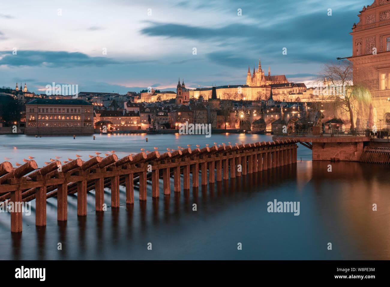 Catedral de San Vito con el puente de Carlos de Praga al atardecer y por la noche. Foto de stock