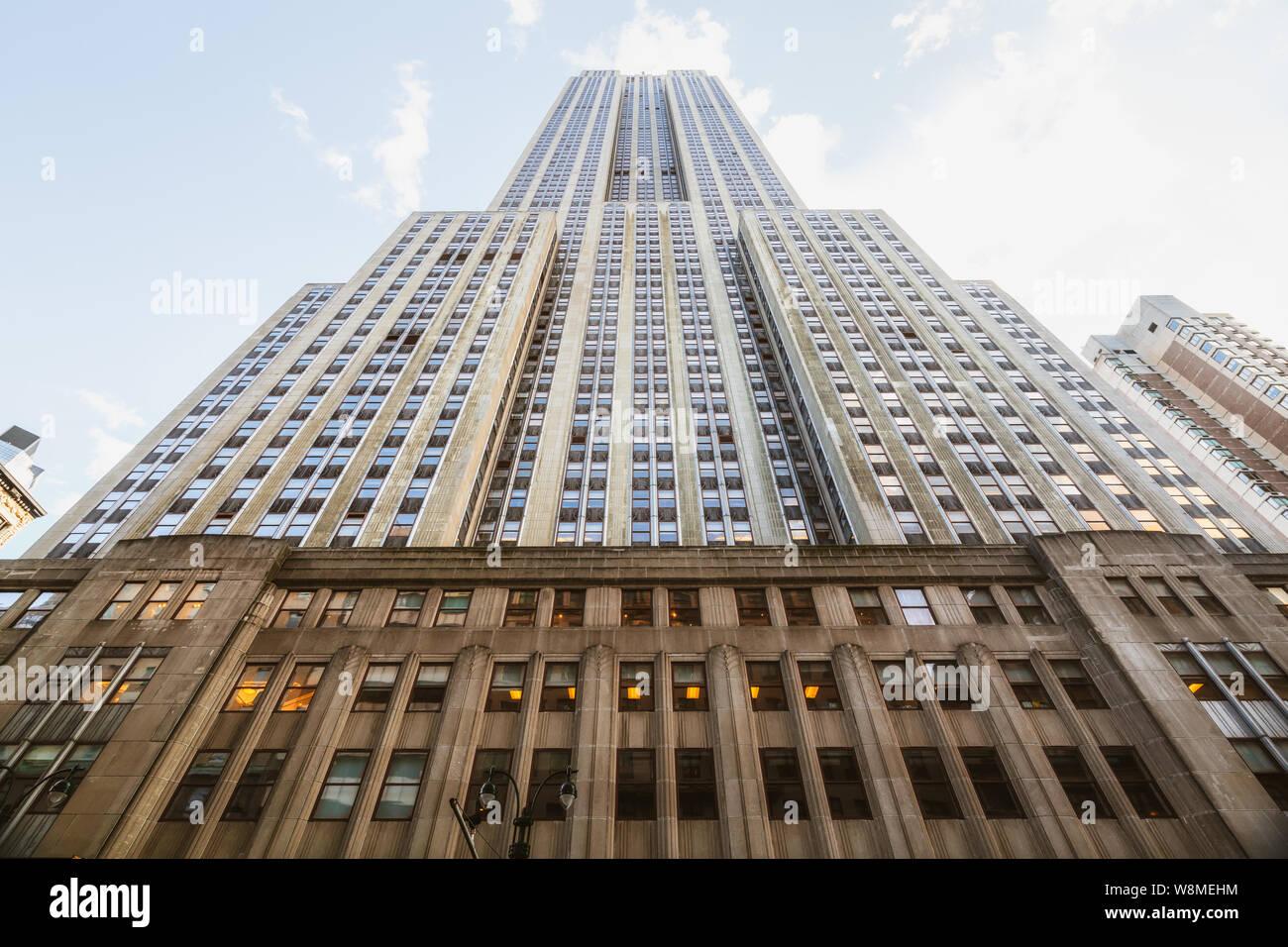 La Ciudad de Nueva York/EE.UU. -el 27 de mayo de 2019, el Empire State Building. Bajo Ángulo de visión, perspectiva, cielo azul de fondo. Histórico de la ciudad de Nueva York. Foto de stock