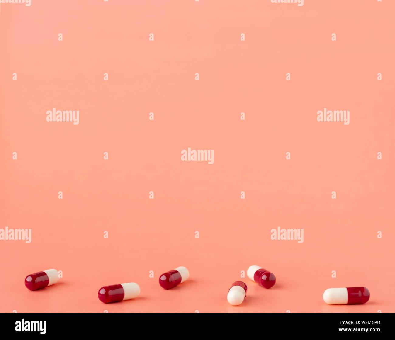 Dispersión de rojo y blanco cápsulas de drogas Foto de stock