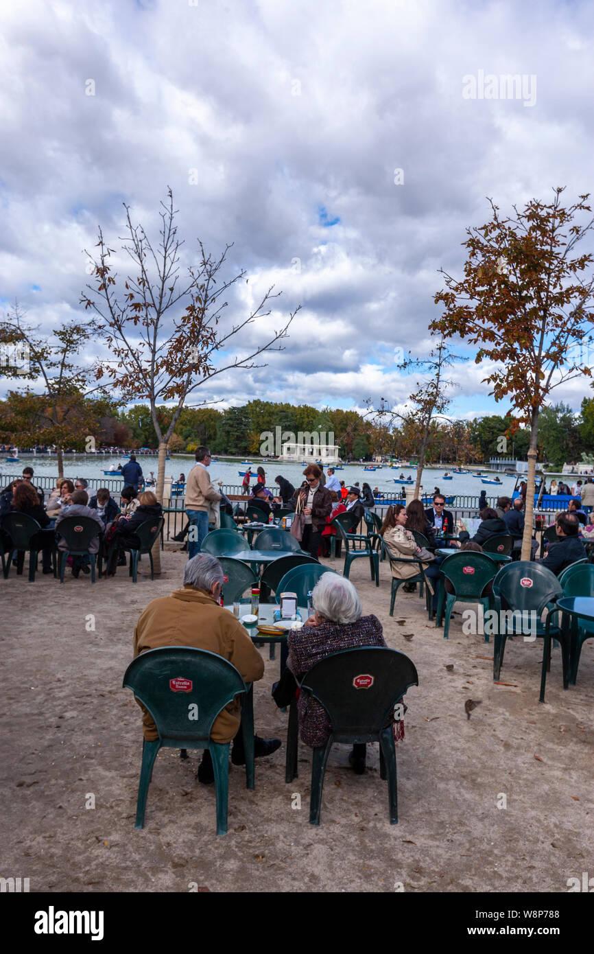 La Gente En Las Terrazas Bar Cerca Del Estanque Grande Del