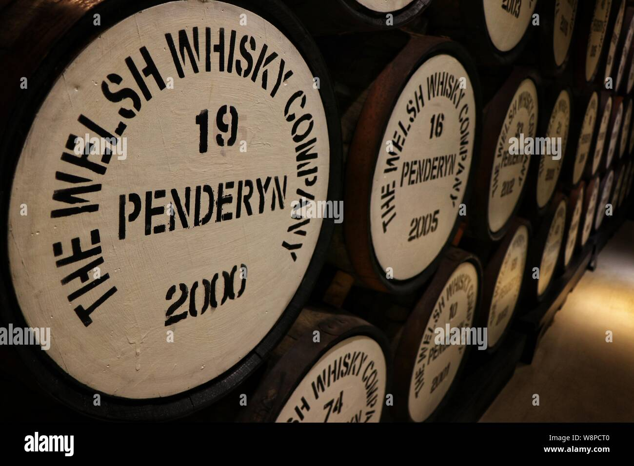 Maduración en barriles de whisky bourbon, la Destilería Penderyn, Wales, REINO UNIDO Foto de stock