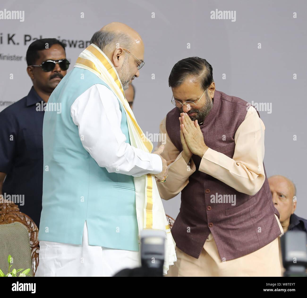 Chennai, Aug 11, 2019: Amit Shah siendo felicitated con un shal durante el libro Escuchar, Aprender y liderar el Vice Presidente de la India, durante dos años en el cargo ha sido liberado por Shri Amit Shah, el Ministro del Interior con la presencia del Gobernador de TN, Ministro Jefe de Tamil Nadu, I&B Mi Prakash Jawdekar, Actor Rajnikanth Auditor Gurumurthy, Gopichand y otros. Seshadri SUKUMAR Foto de stock