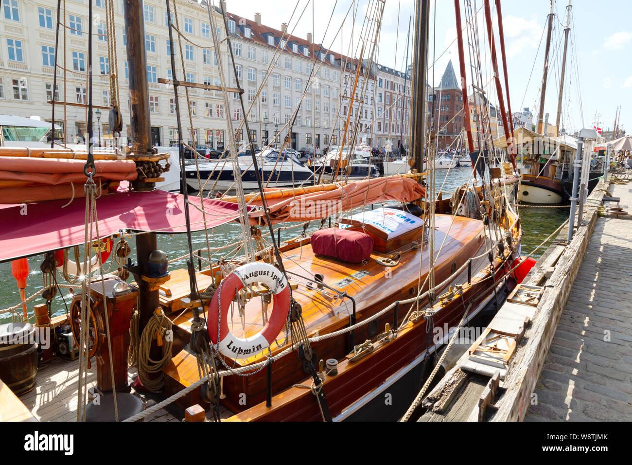 Copenhague Nyhavn - barcos amarrados en el puerto del canal de Nyhavn, Copenhague, Dinamarca Europa Foto de stock