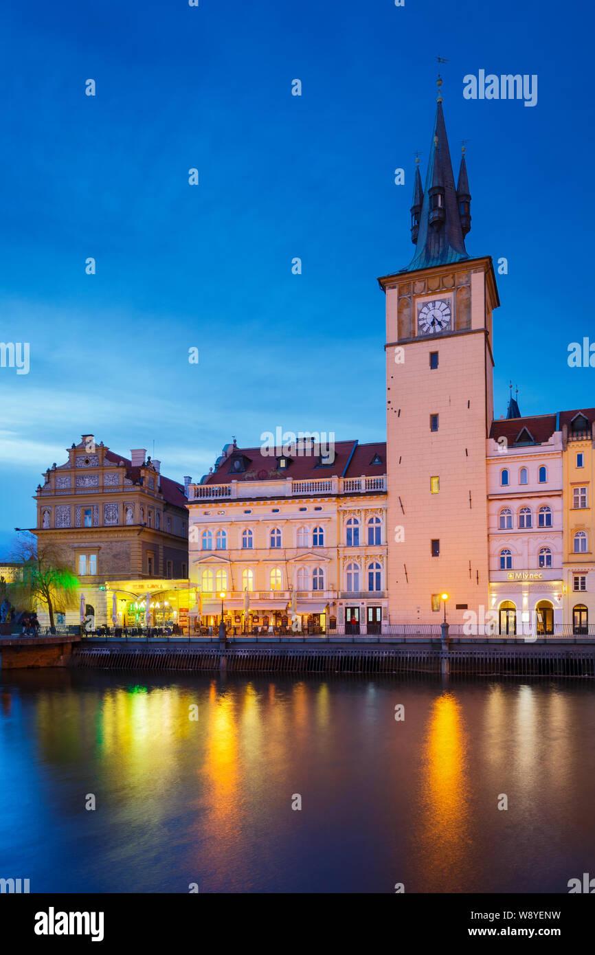Praga, República Checa - Marzo 13, 2019: vista de noche de la ciudad vieja torre del agua y el río Vltava. Foto de stock