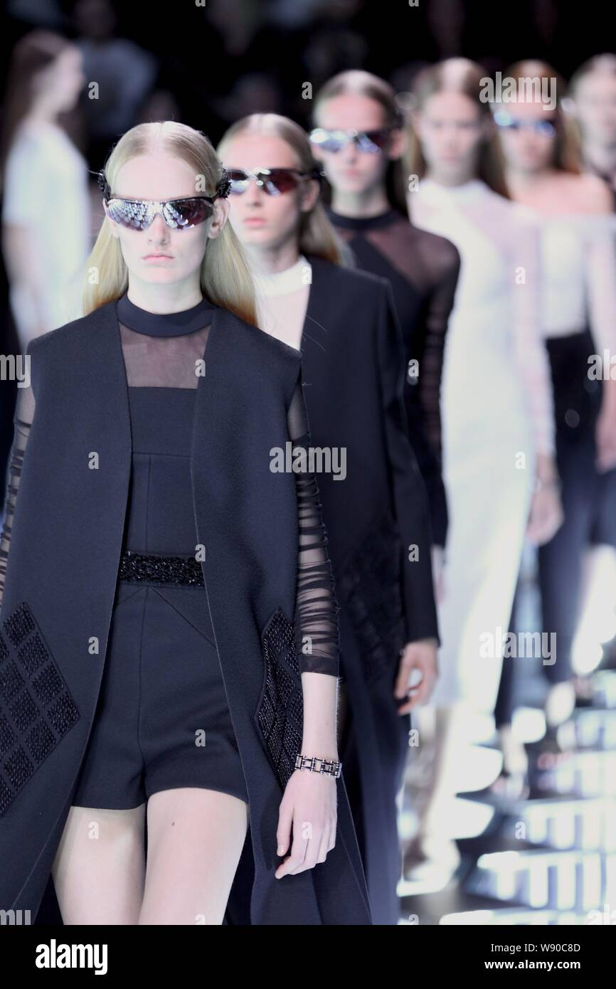 Modelos muestran las nuevas creaciones en el Balenciaga Fashion show durante la Semana de la moda de París Primavera/Verano 2015 en París, Francia, el 25 de septiembre de 2014. Foto de stock