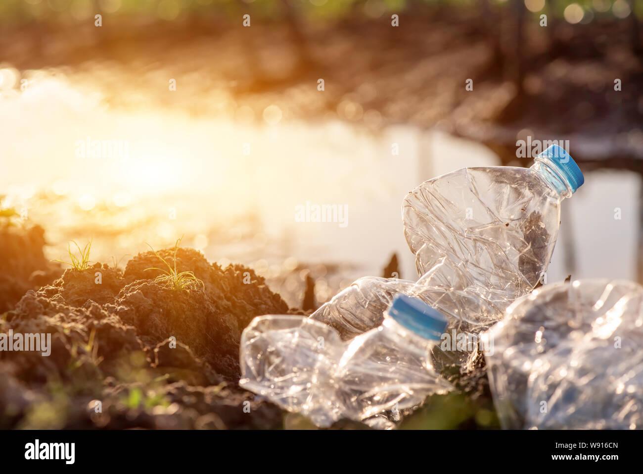 Conciencia medioambiental y de plástico. Concepto del Día Mundial del Medio Ambiente. Salvar la tierra salvar la vida. Foto de stock