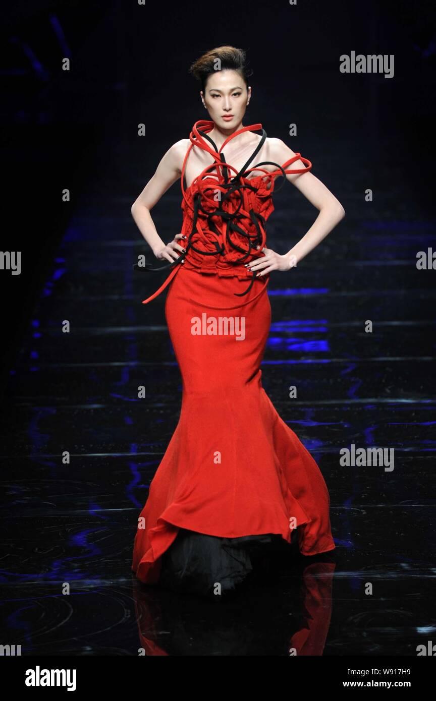 Modelo chino Dai Xiaoyi muestra una nueva creación en el Asahi Kasei China diseñador de moda Creative Awards -- Gioia Pan obras muestran durante la China Fa Foto de stock