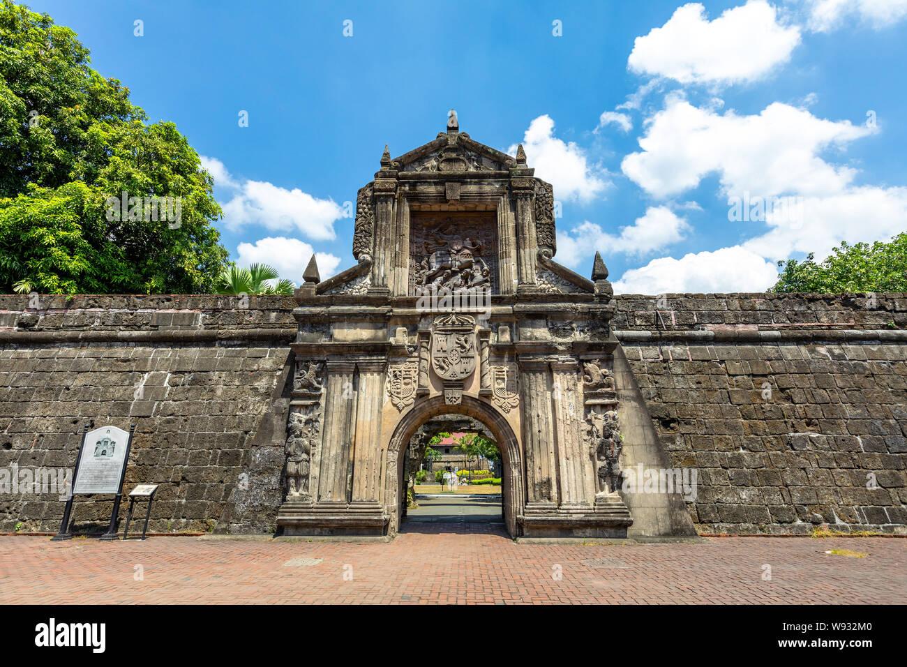 Puerta principal del Fuerte Santiago, en Manila, Filipinas Foto de stock