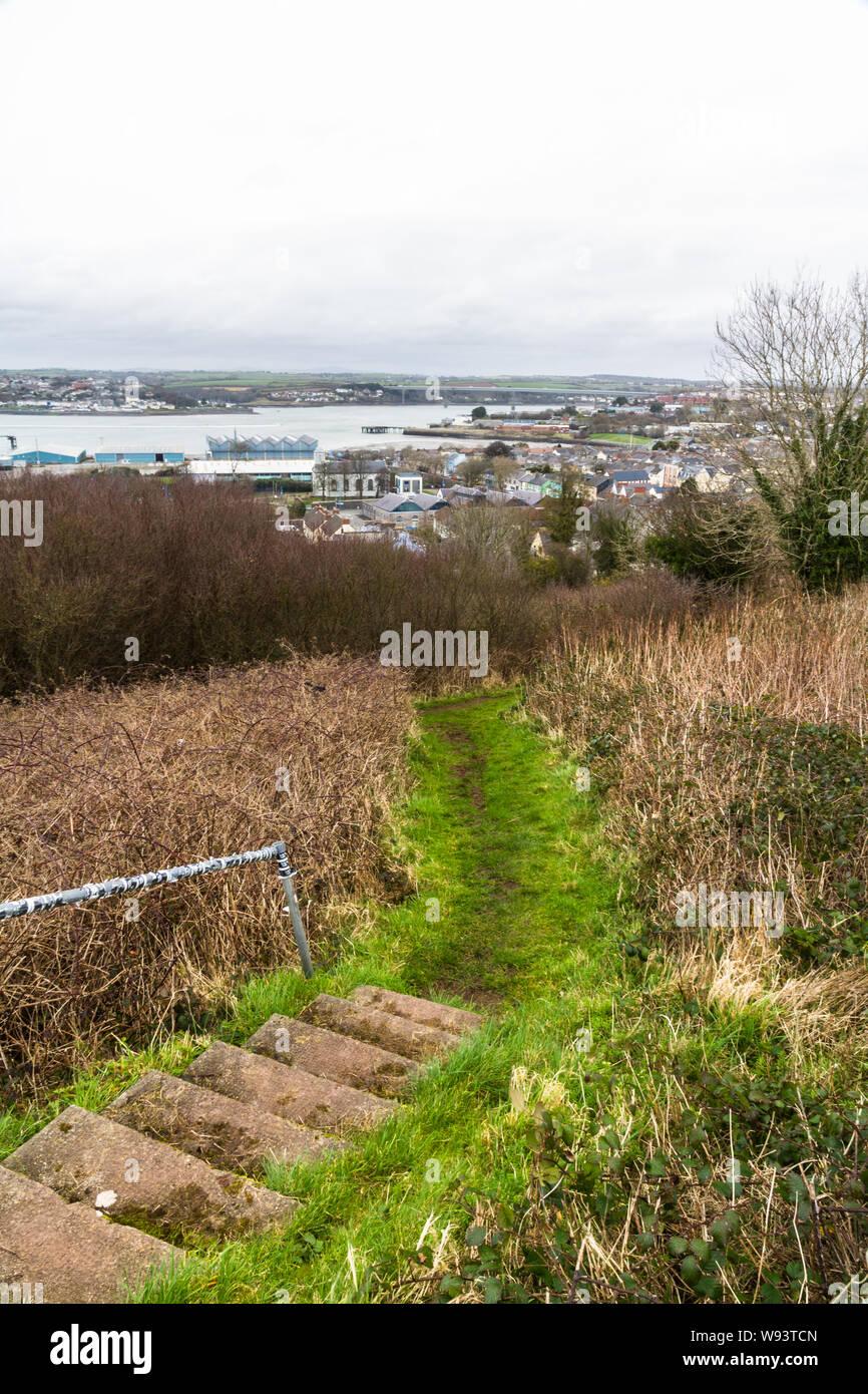 Mirando hacia abajo en la ciudad de Pembroke Dock. Pembrokeshire (Gales, Reino Unido Foto de stock