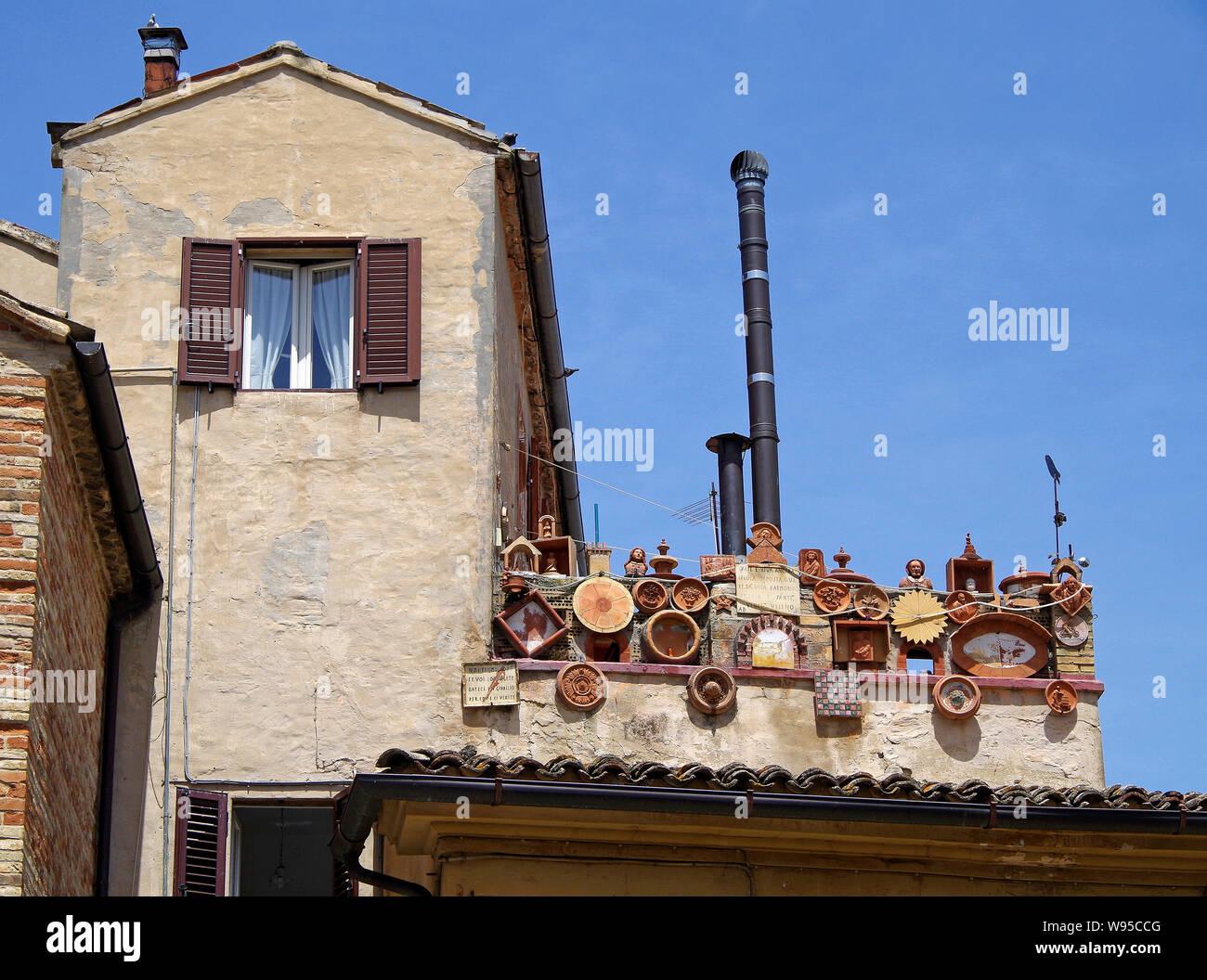 El Balcón De Una Pequeña Terraza Detrás De Un Edificio En La