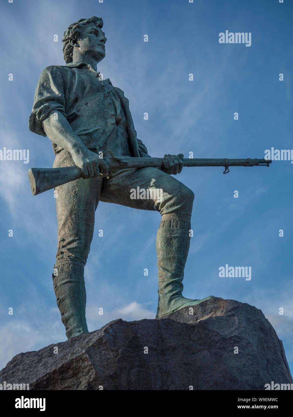 El Minuteman estatua inaugurada el 19 de abril de 1900, el 125º aniversario de la batalla Foto de stock