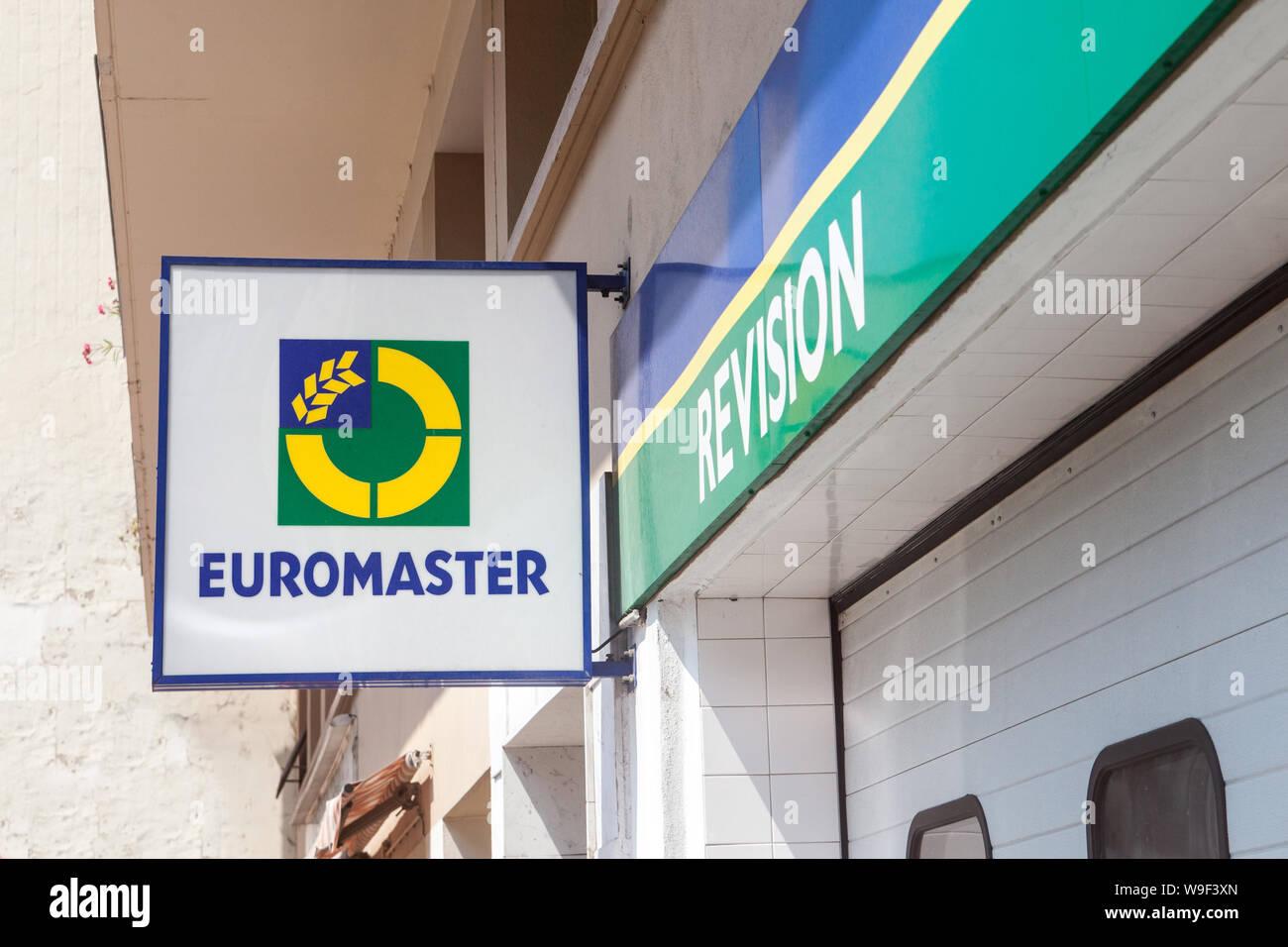LYON, FRANCIA - 15 de julio de 2019: Euromaster logo en la parte delantera de su distribuidor local garaje en Lyon. Parte de Michelin, Euromaster es una cadena de neumático distrib Foto de stock