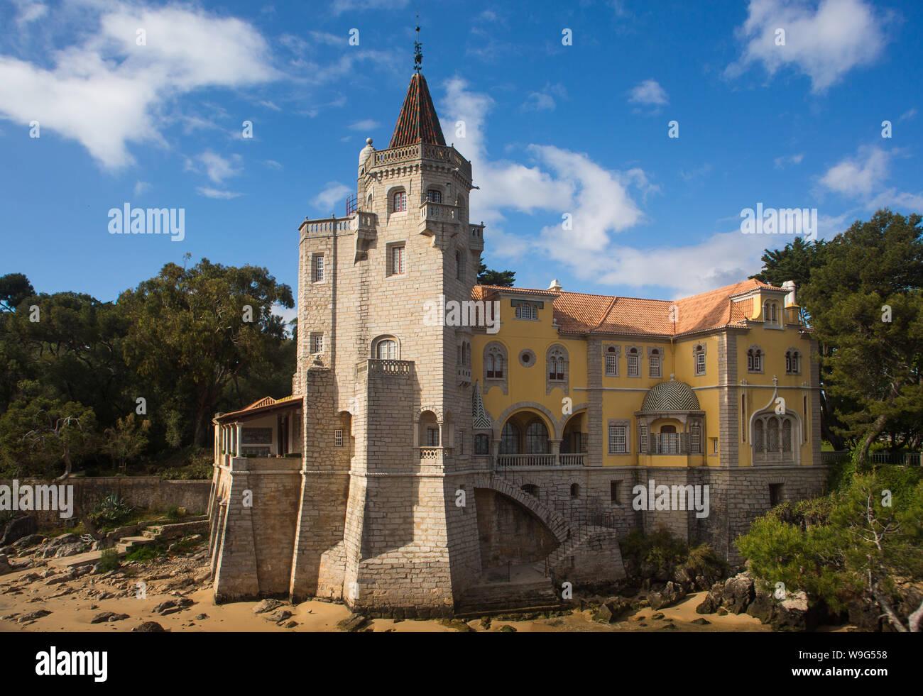 La arquitectura ecléctica del Museo Condes de Castro Guimaraes, anteriormente conocido como la Torre de S. Sebastião (Torre de San Sebastián) en Cascais, Portugal Foto de stock
