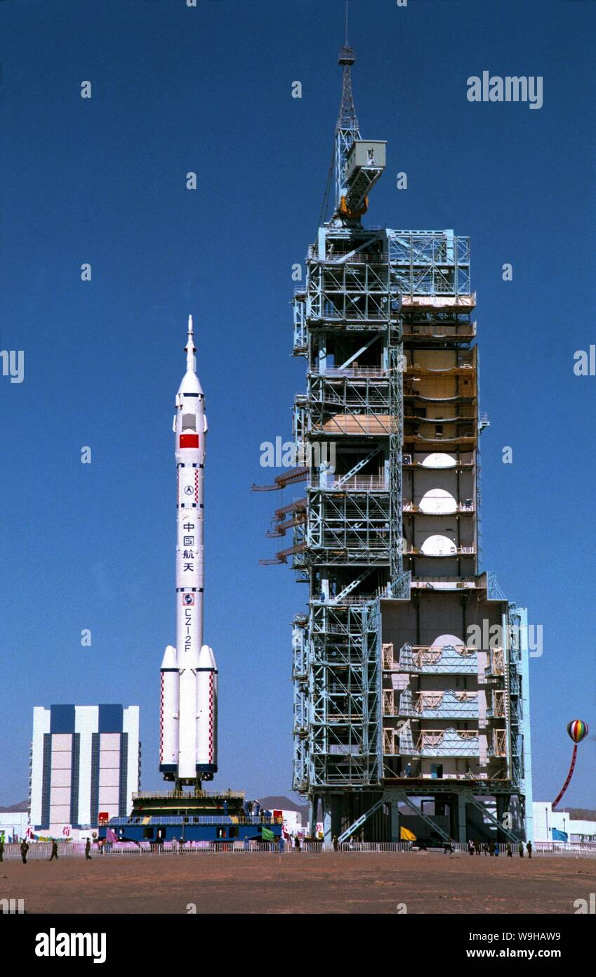 Una Larga Marcha 2F (cohete CZ-2F) llevar Shenzhou V, nave espacial tripulada se traslada a la torre de lanzamiento en el Centro de Lanzamiento de Satélites Jiuquan en northwe Foto de stock