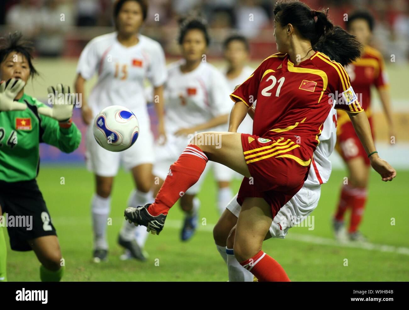 Un jugador chino, derecha, compite con jugadores de Vietnam durante un partido de fútbol amistoso entre el equipo de fútbol nacional de Mujeres de China y vietnamita n Foto de stock