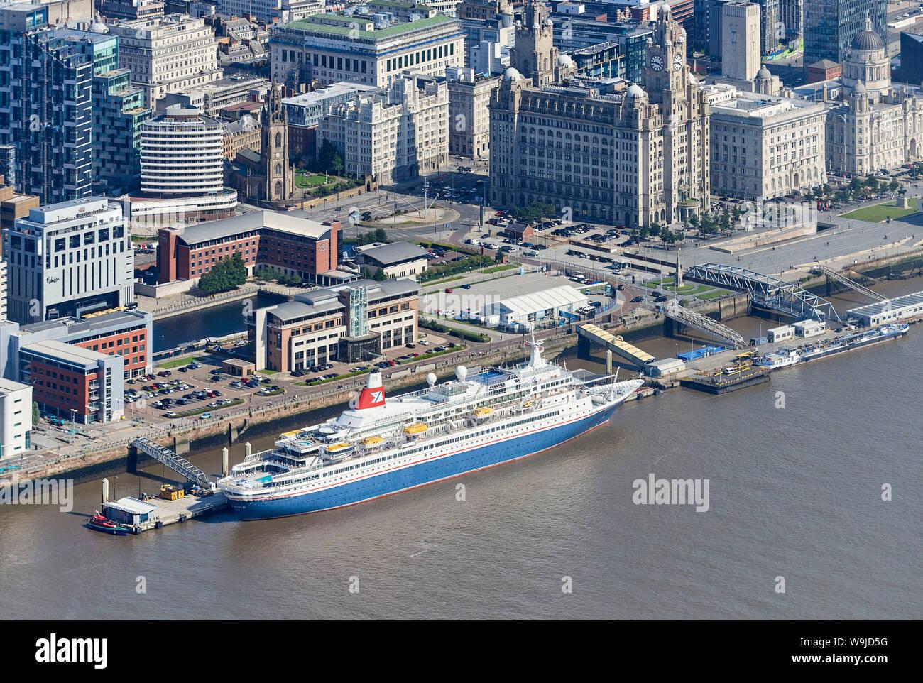Una línea de Fred Olsen crucero, Black Watch y el Dazzle Mersey Ferry tomada desde el aire, Liverpool, Waterfront, el Noroeste de Inglaterra, Reino Unido. Foto de stock
