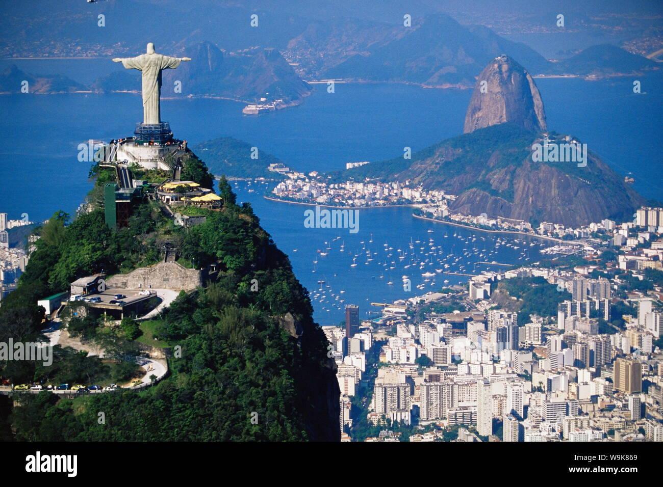 Estatua de Cristo Redentor, con vistas a la ciudad y la montaña ...