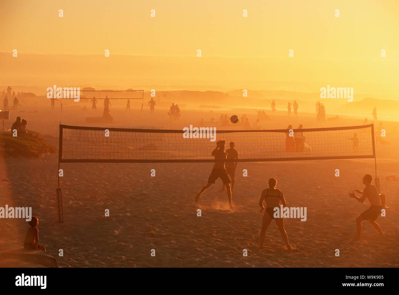 Juego de voleibol playa, tarde, Camps Bay, Ciudad del Cabo, Sudáfrica, África Foto de stock