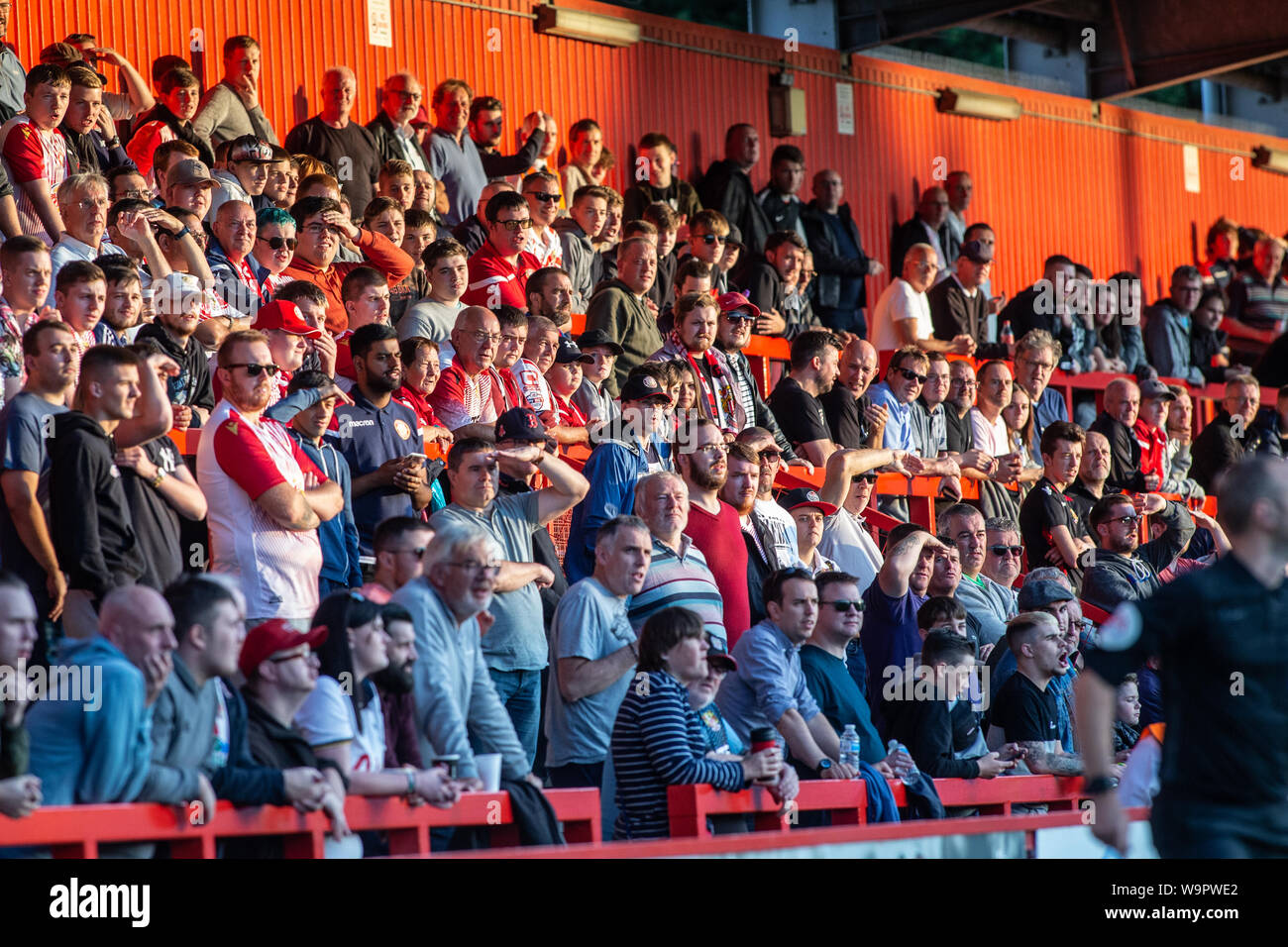 Gran Grupo De Fútbol Fútbol Y Espectadores Viendo Partido