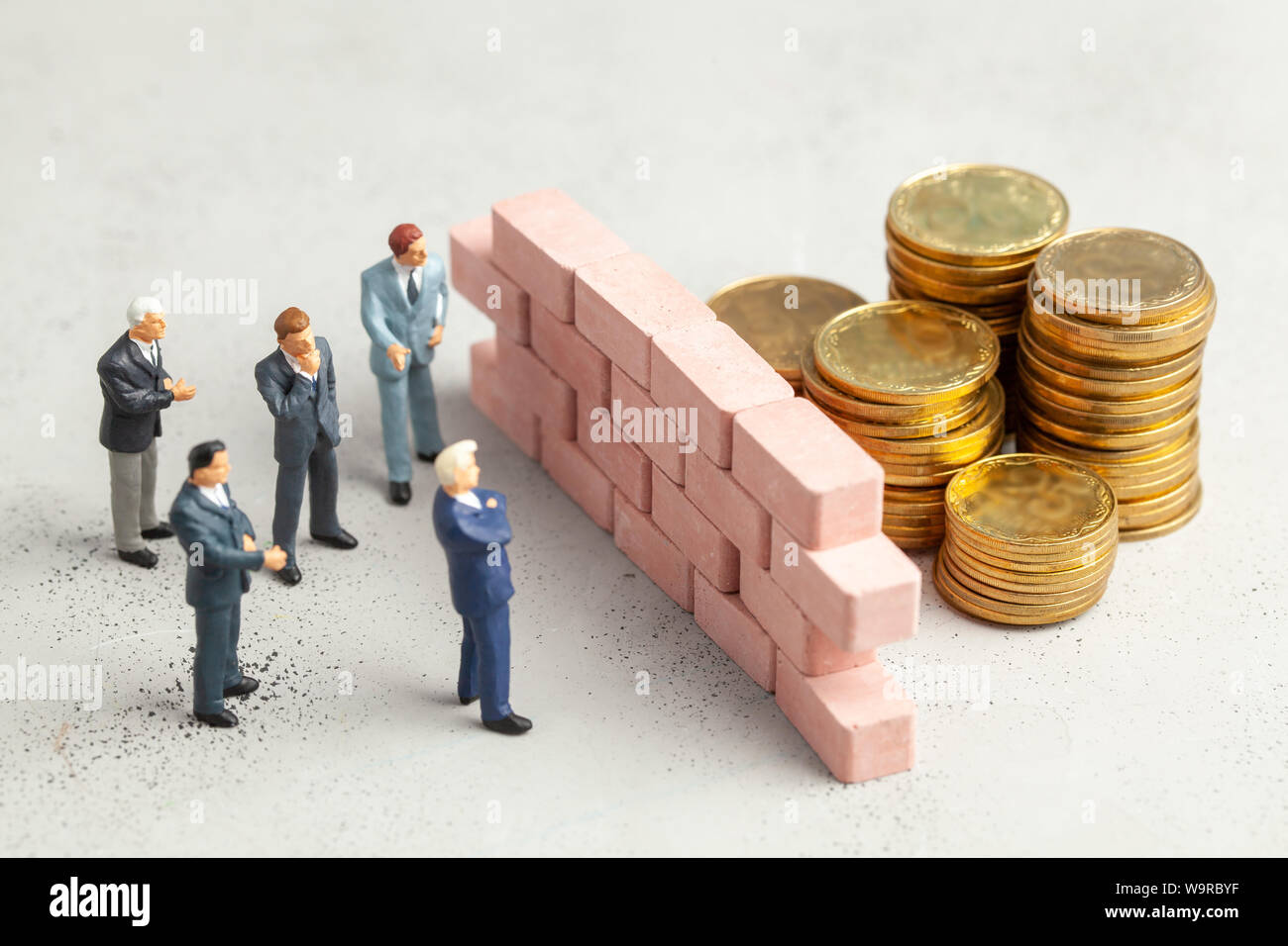 En el camino hacia el objetivo de big money empresario un gran muro como símbolo de problemas o tareas para resolver Foto de stock