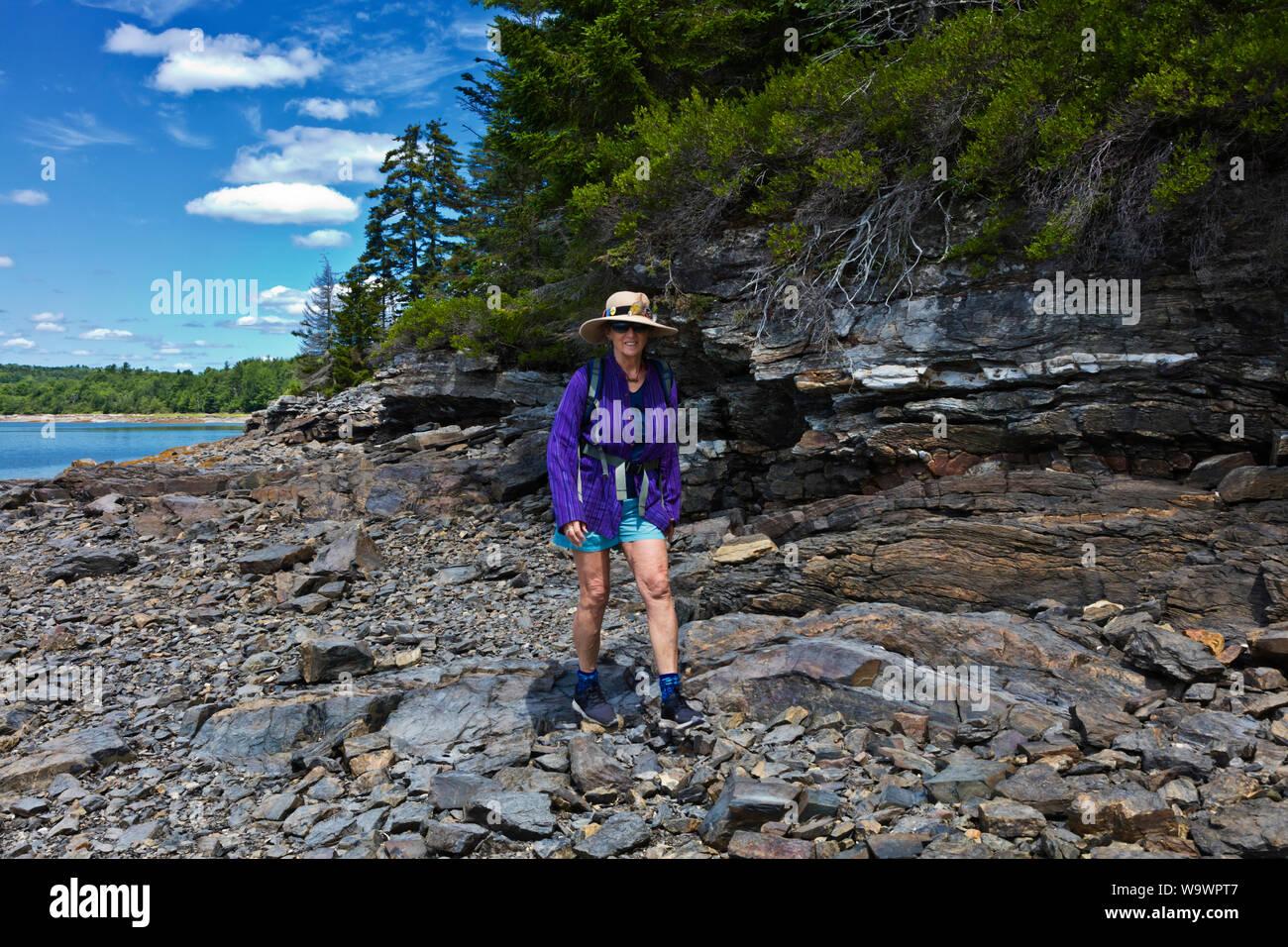 Christine Kolisch paseos por la orilla del mar en la marea baja, cerca de la bahía de Cerro Azul - Maine Foto de stock