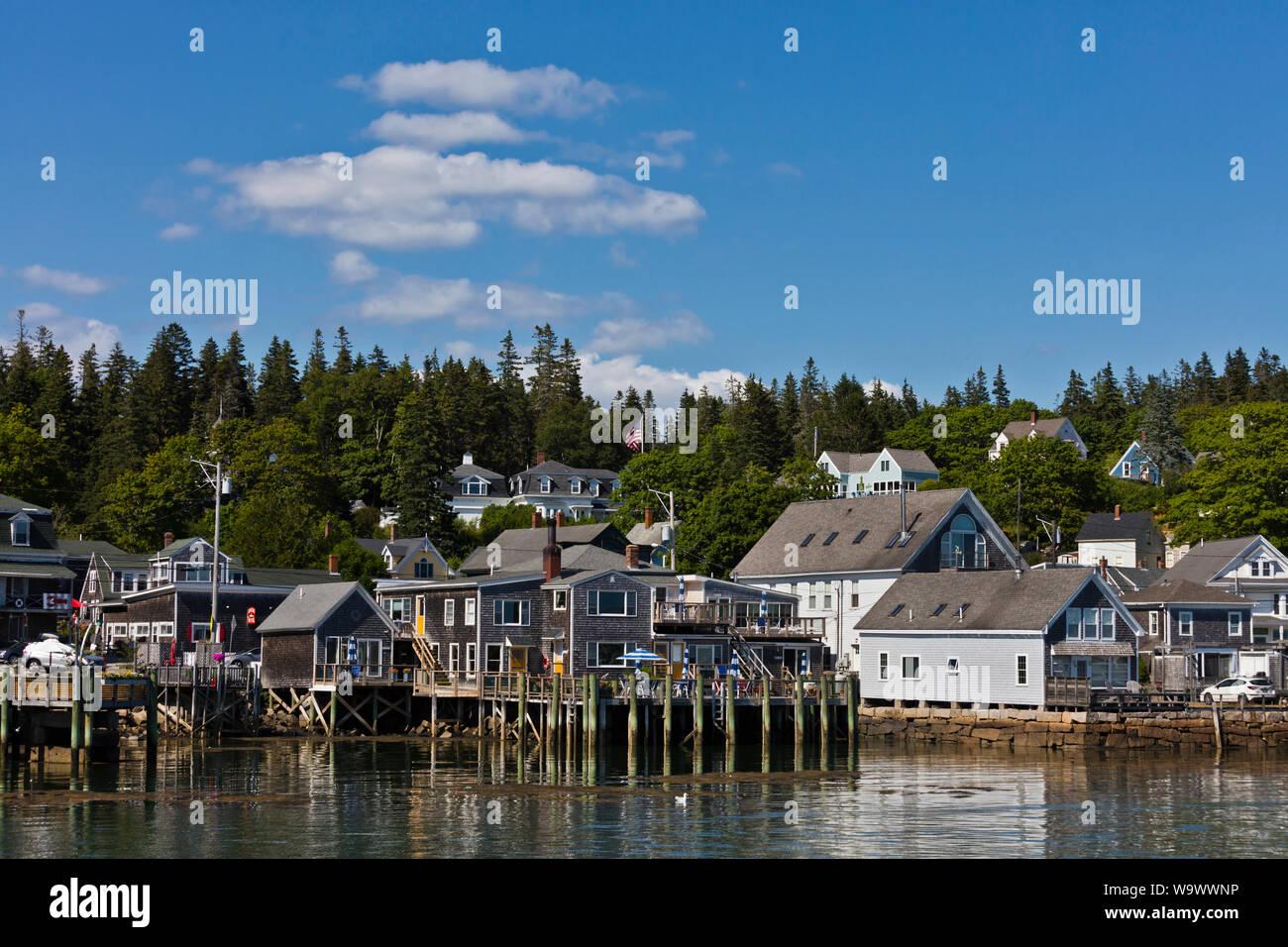 Los hogares a lo largo de la costa en STONINGTON un importante puerto de pesca de langosta y destino turístico - Deer Island, Maine Foto de stock