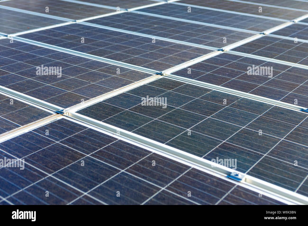 Los paneles solares generan energía en casas rurales en el interior de Brasil. El concepto de la conservación del medio ambiente, el cambio climático, las emisiones de carbono cero, clea Foto de stock