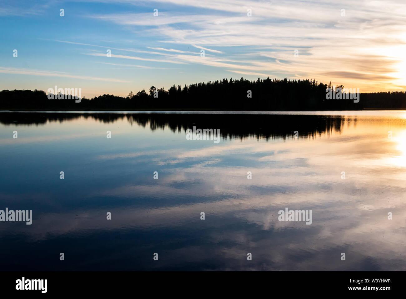 Noche hermosa vista a la hora azul sobre el lago Safssjon en la región Dalarna en el centro de Suecia Foto de stock