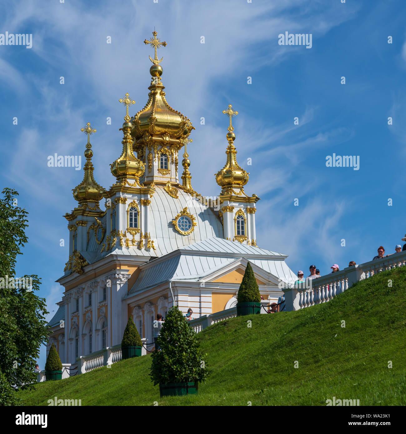 Peterhof, Rusia - el 21 de julio de 2019. Una foto de la cúpula de oro vivienda adyacente al Palacio de Verano en Peterhof. Foto de stock