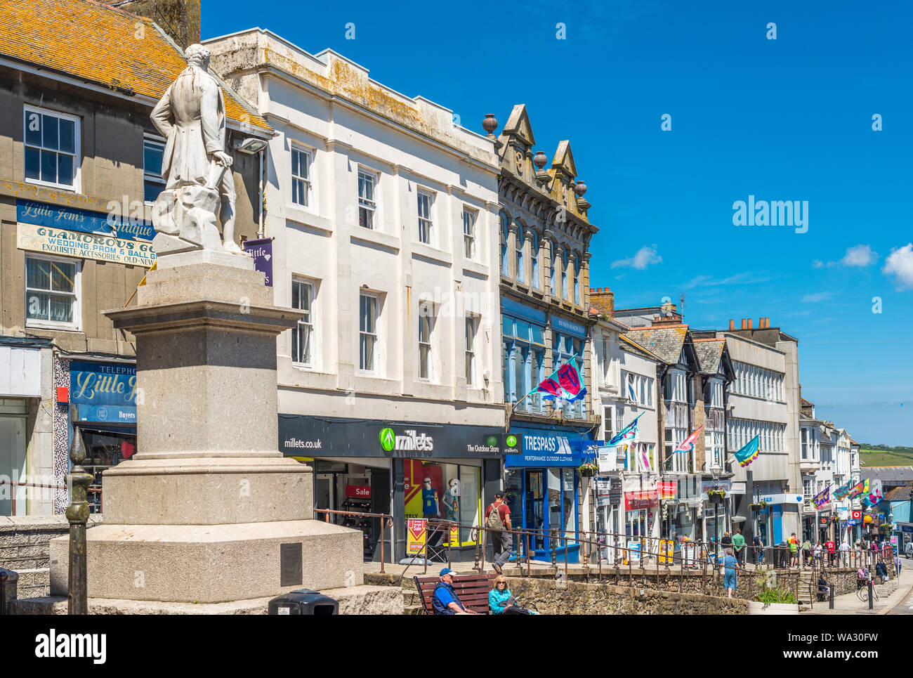 Estatua del químico y físico sir Humphry Davy en el mercado judío de la calle West Penzance, Cornwall, Inglaterra, Reino Unido. Foto de stock
