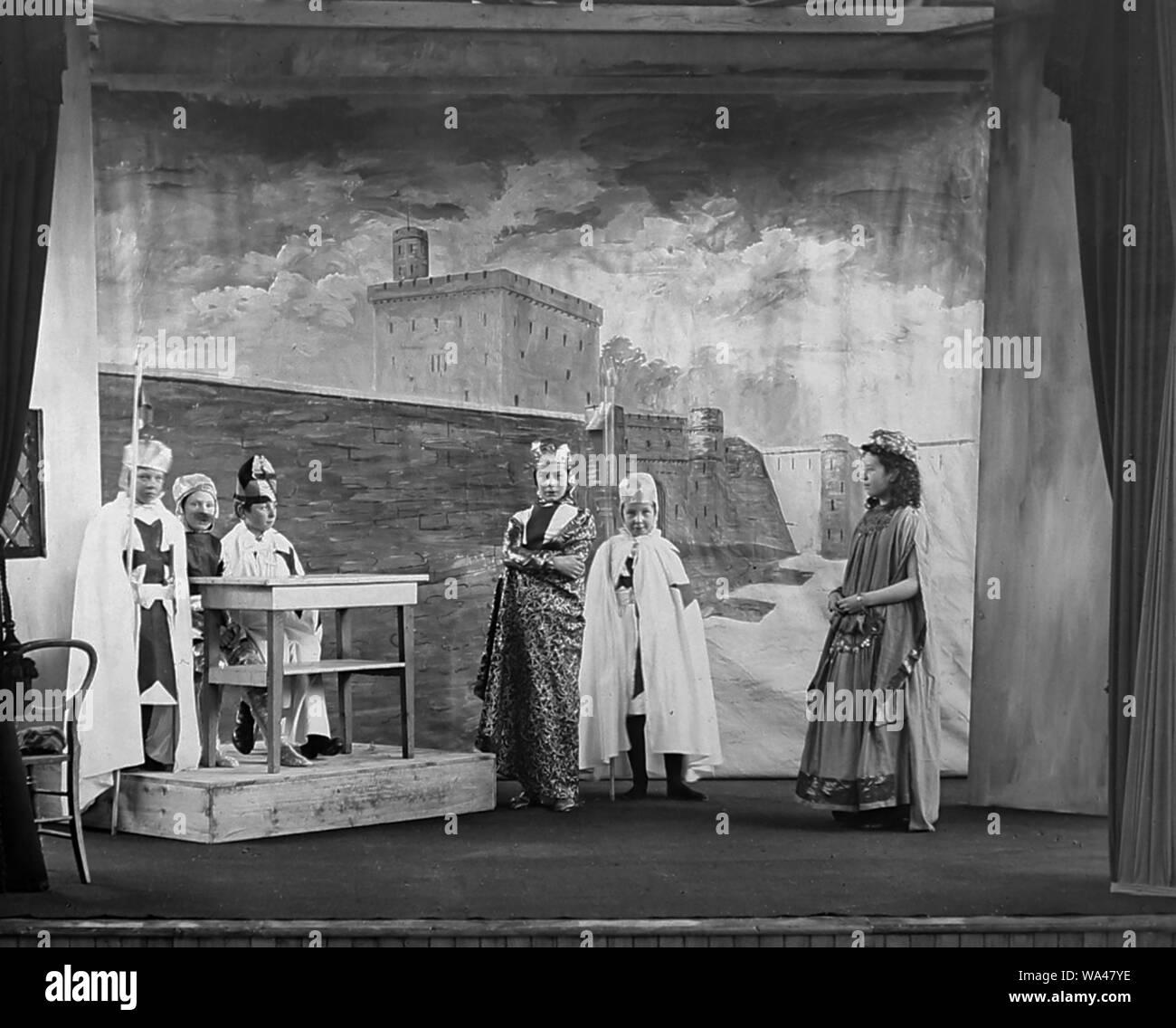 Una producción amateur de Ivanhoe en un country house party en Haddo House, Escocia, en 1892 Foto de stock