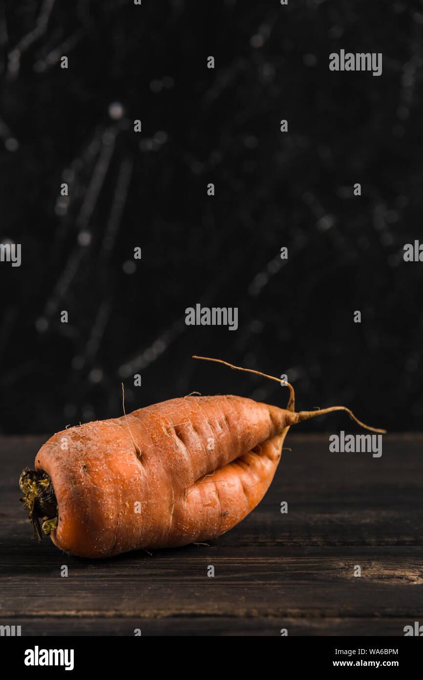 Feo Con Brotes De Zanahoria Vegetal Sobre Un Fondo Natural De Madera Oscura Fotografia De Stock Alamy Actualmente se ha puesto de moda volver a cultivar zanahorias de colores. alamy