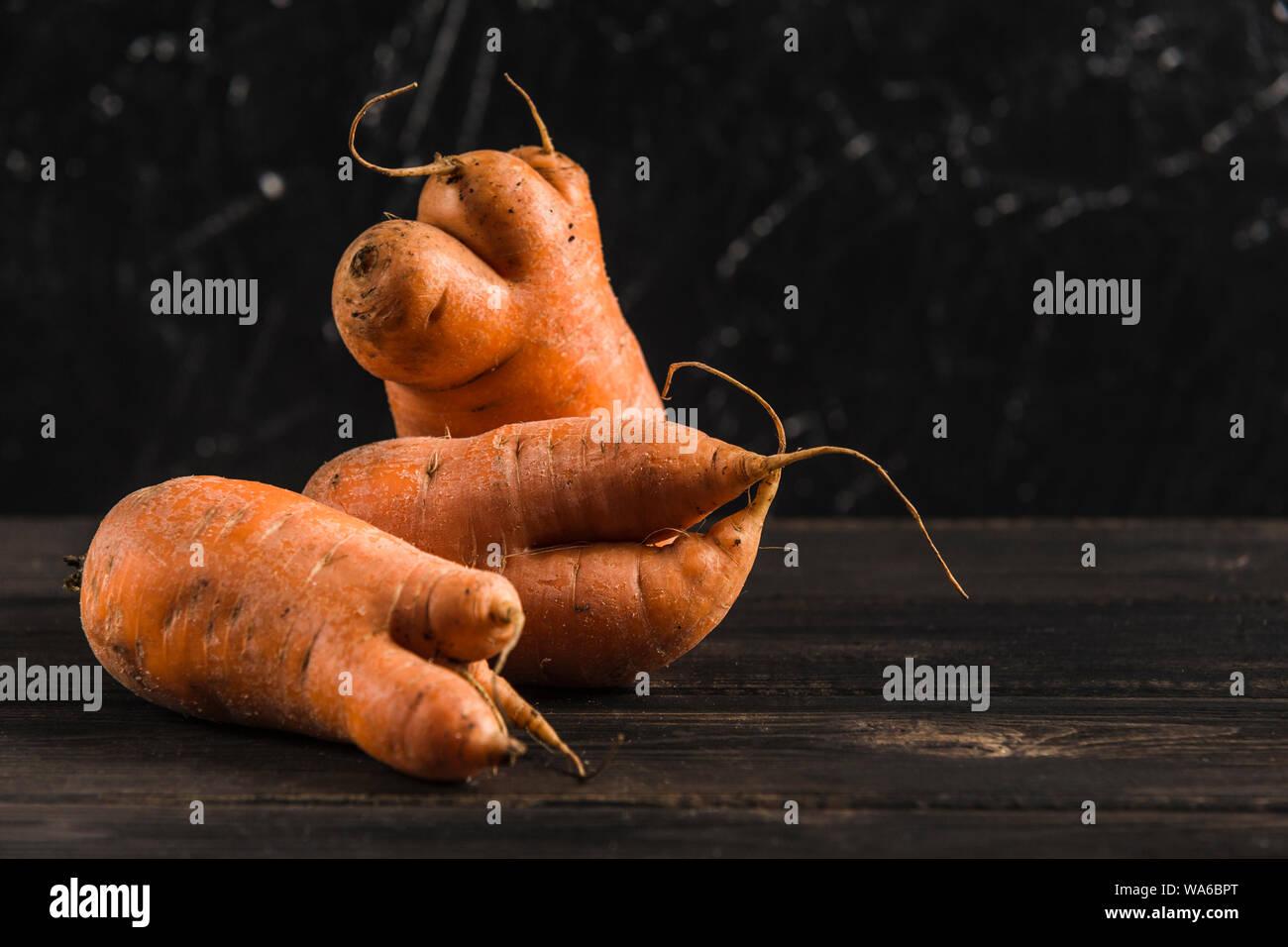 Feo Con Brotes De Zanahoria Vegetal Sobre Un Fondo Natural De Madera Oscura Fotografia De Stock Alamy Ya hay tiendas con zanahorias blancas, amarillas, roja oscura y. alamy