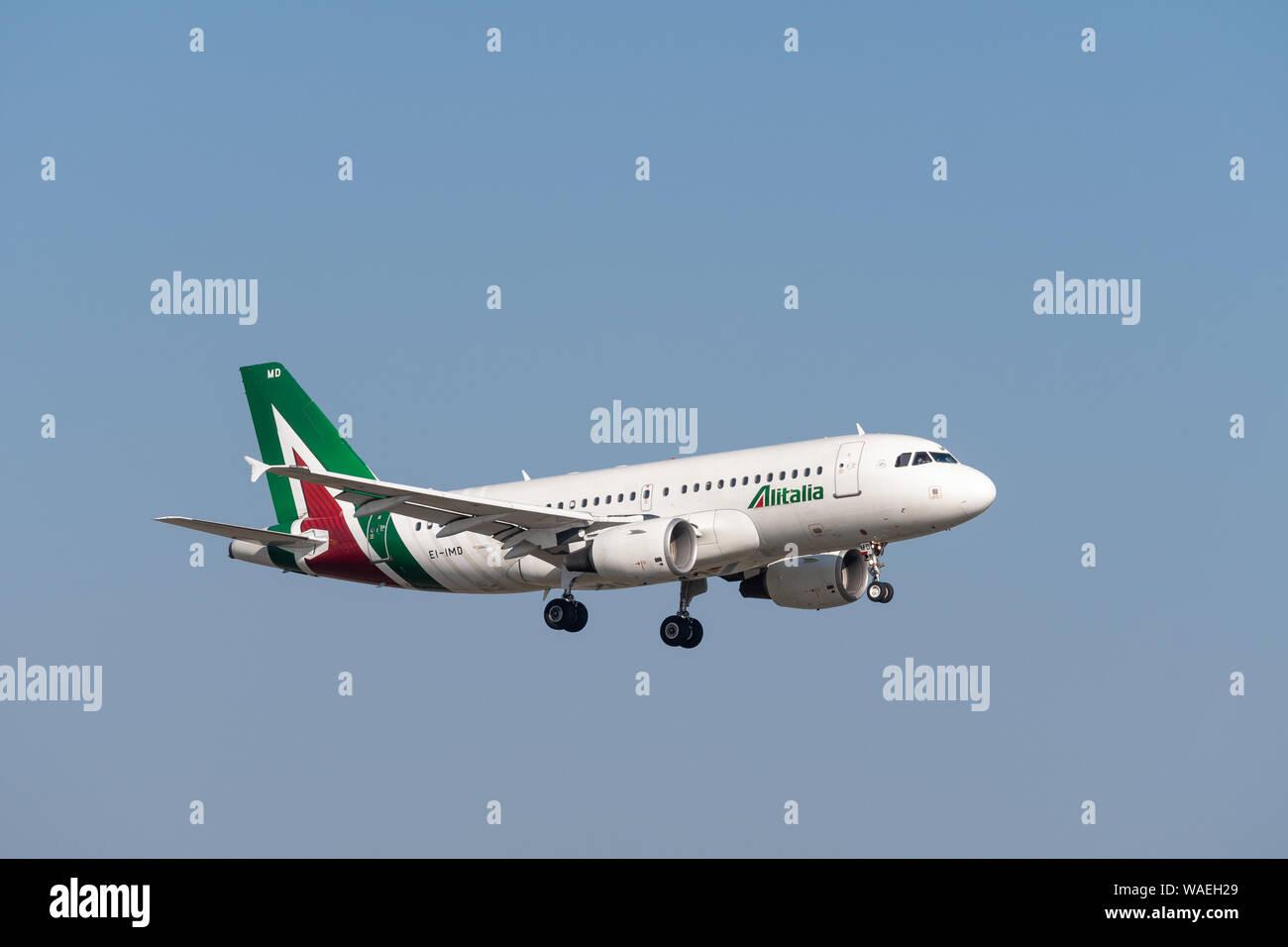 Munich, Alemania - 31 de marzo. 2019: Airbus A319-112 Alitalia con la aeronave matrícula EI-IMD en el enfoque hacia el sur de la pista 08R del Mu Foto de stock