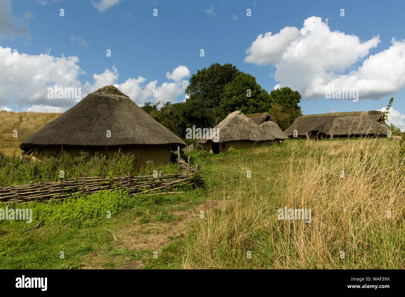 """Un poblado de la Edad del Hierro visto en Lejre museo al aire libre - """"Tierra de leyendas"""" - el 14 de agosto de 2019, en Lejre, Dinamarca. El museo al aire libre ocupa unas 45 hectáreas y es una parte del Museo Nacional de Dinamarca. Aquí los visitantes se reúne voluntarios vestidas en trajes de época como parte del concepto de """"Historia viva"""" como un vikingo, Edad de Hierro aldeano, etc. El museo está ubicado a 13 km al oeste de Roskilde y a 50 Km al oeste de Copenhague. Foto de stock"""