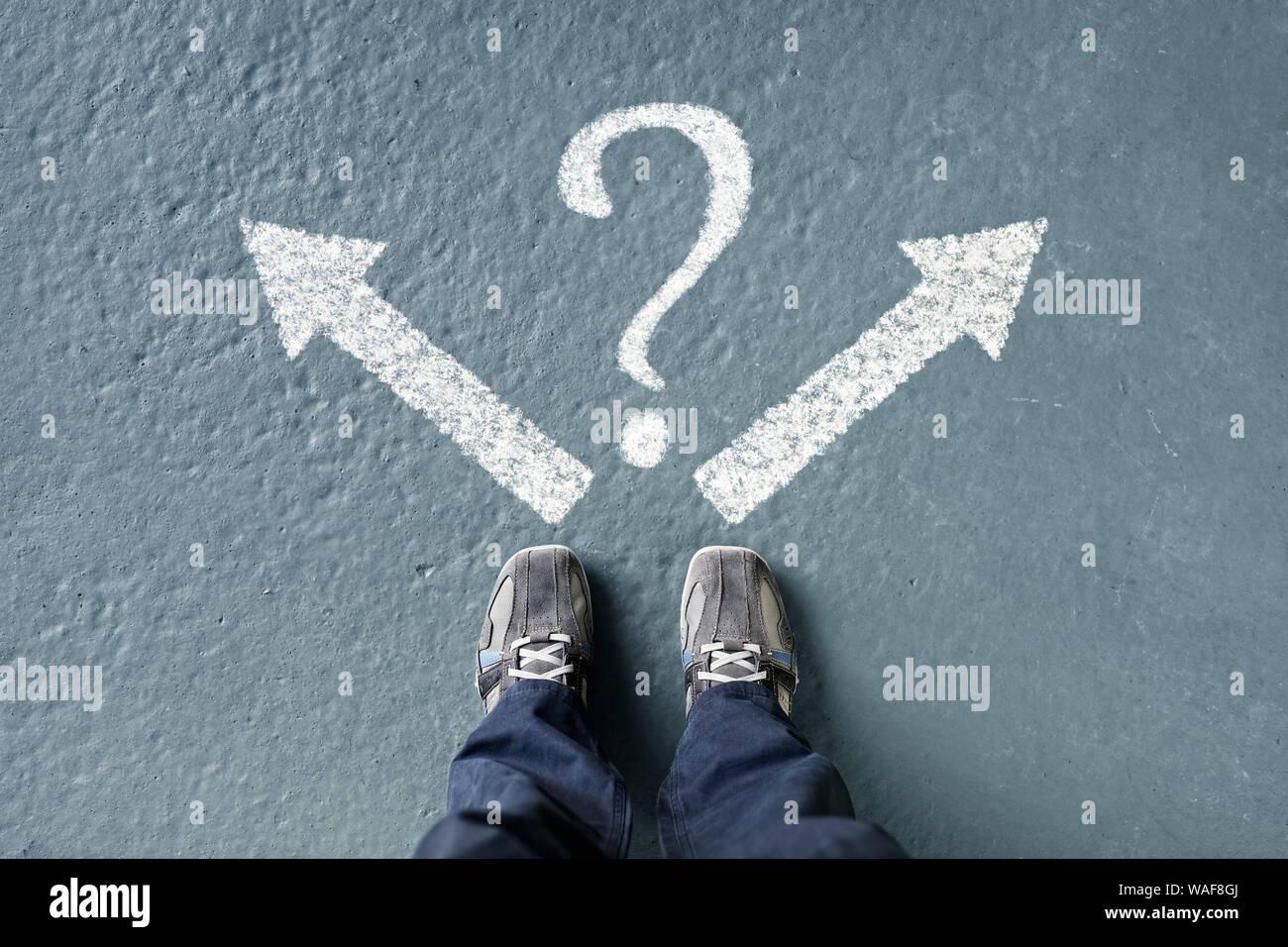 Tomar decisiones para el futuro hombre de pie con la flecha de dirección y opciones de interrogación, izquierda, derecha o avanzar Foto de stock