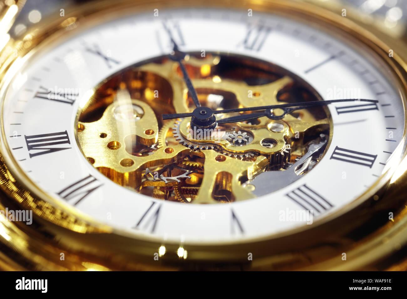 Oro vintage reloj de bolsillo de cerca el concepto de tiempo Foto de stock