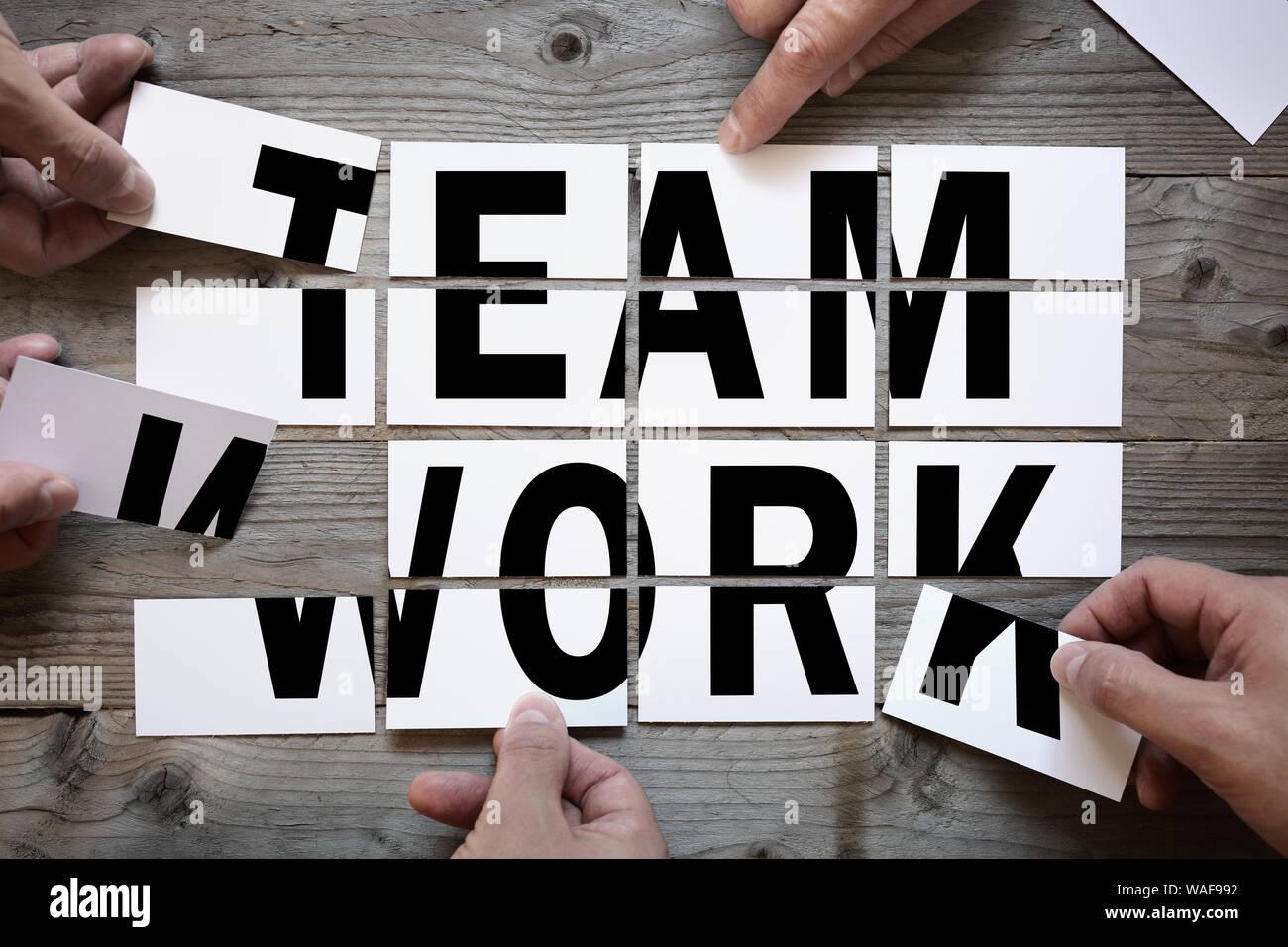 Equipo de negocios brainstorming - trabajo en equipo o solución con word el trabajo en equipo en las tarjetas Foto de stock