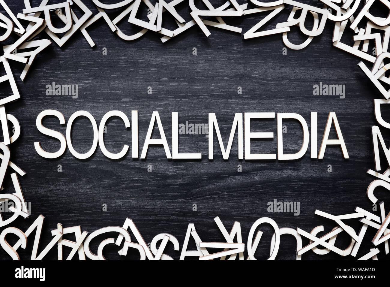 Letras de madera de medios sociales en junta de negro Foto de stock