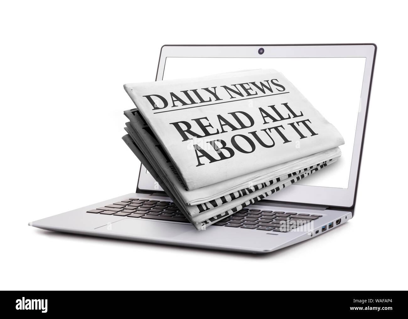 Lea todo sobre este periódico titular a través de una pantalla de ordenador portátil concepto para Últimas noticias en línea Foto de stock
