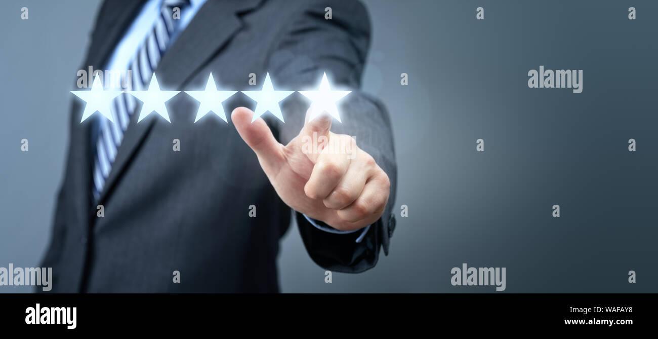 Empresario apuntando al servicio cinco estrellas símbolo de clasificación con espacio de copia Foto de stock