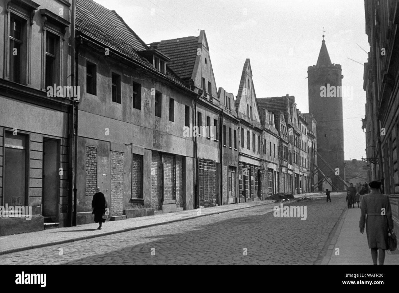 Paczkow, 05.1957. Las casas. Fot. Wojciech Plewinski/FORO Foto de stock