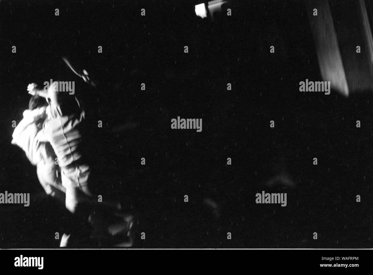 Cracovia, 18.05.1989. Manifestación estudiantil en la calle Dominikanska. KPN, NZS, WiP, lucha contra la millitary ZOMO y unidades. Un agente de Zomo late un estudiante. Fot. Andrzej Stawiarski / FORO Foto de stock